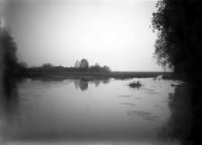 Pradolina rzeki Uście koło Gródka : (widok na wieś z wyspy na rzece)