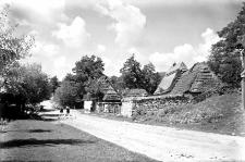 Wieś Wałkowce, pow. Borszczów (Podole) : fragment ulicy wiejskiej
